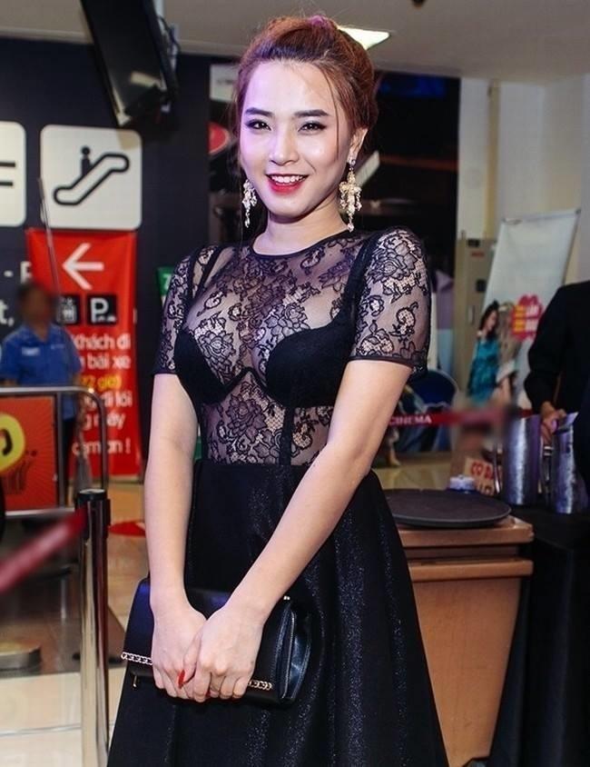 Những bộ đầm xuyên thấu 'phản chủ' của các sao nữ Việt - Ảnh 10
