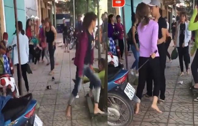 Rùng mình cảnh hai nhóm nữ sinh cầm hung khí chém loạn xạ, đấm đá túi bụi trước cổng trường - Ảnh 1