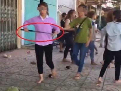 Rùng mình cảnh hai nhóm nữ sinh cầm hung khí chém loạn xạ, đấm đá túi bụi trước cổng trường - Ảnh 4