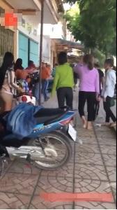 Rùng mình cảnh hai nhóm nữ sinh cầm hung khí chém loạn xạ, đấm đá túi bụi trước cổng trường - Ảnh 2