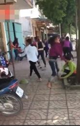 Rùng mình cảnh hai nhóm nữ sinh cầm hung khí chém loạn xạ, đấm đá túi bụi trước cổng trường - Ảnh 3