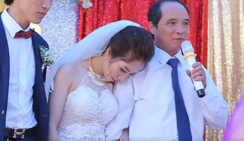 Hàng triệu cô gái phải bật khóc khi xem đoạn clip người cha mắt đỏ hoe nghẹn ngào tiễn con gái về nhà chồng - Ảnh 2