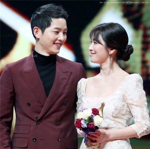 Song - Song lại sánh vai bên nhau nhận giải thưởng Best Couple tại KBS Drama Awards 2016 - Ảnh: Internet