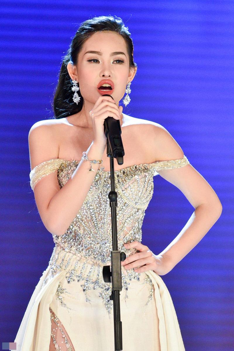 Đâu chỉ tân Hoa hậu Đại dương, sao Việt cũng có những chiếc 'môi tều' khó hiểu như thế này! - Ảnh 1