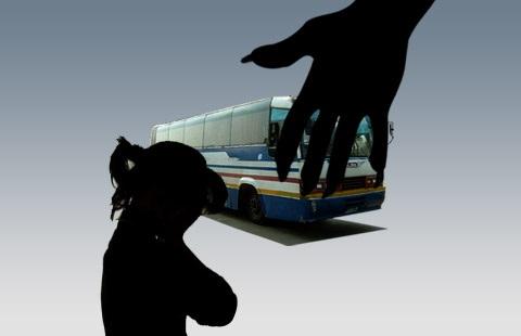 Phẫn nộ: Thiếu nữ bị hiếp dâm tập thể trên xe buýt, tài xế và người xung quanh dửng dưng như không biết gì - Ảnh 1
