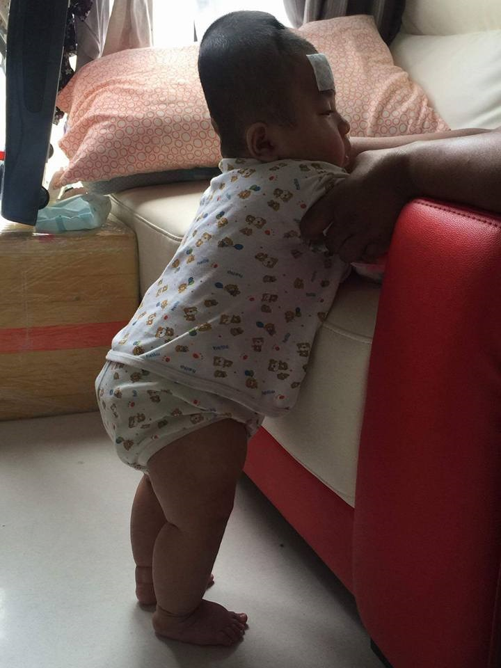 Hình ảnh bé Đức Lộc khiến dân mạng rơi lệ khi lần đầu tập đứng
