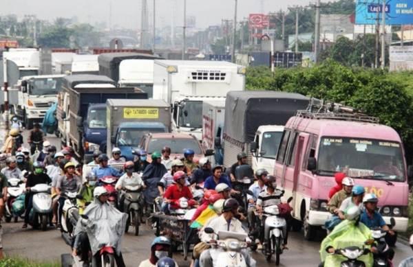 Tai nạn liên hoàn 5 ô tô, quốc lộ 1A ùn ứ nghiêm trọng - Ảnh 2