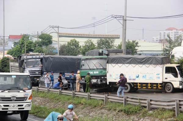 Tai nạn liên hoàn 5 ô tô, quốc lộ 1A ùn ứ nghiêm trọng - Ảnh 1