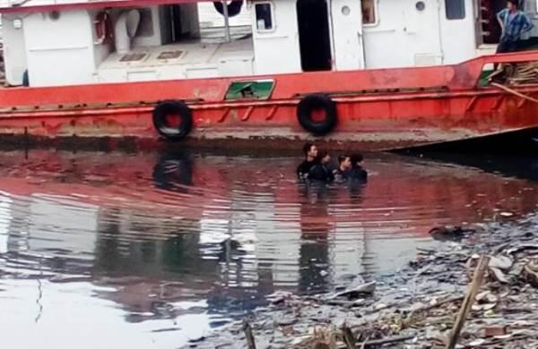 Lặn tìm điện thoại dưới kênh, một người đuối nước thương tâm - Ảnh 1