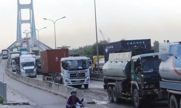 Sài Gòn: Lại xảy ra tai nạn liên hoàn 4 ô tô trên cầu Phú Mỹ - Ảnh 2