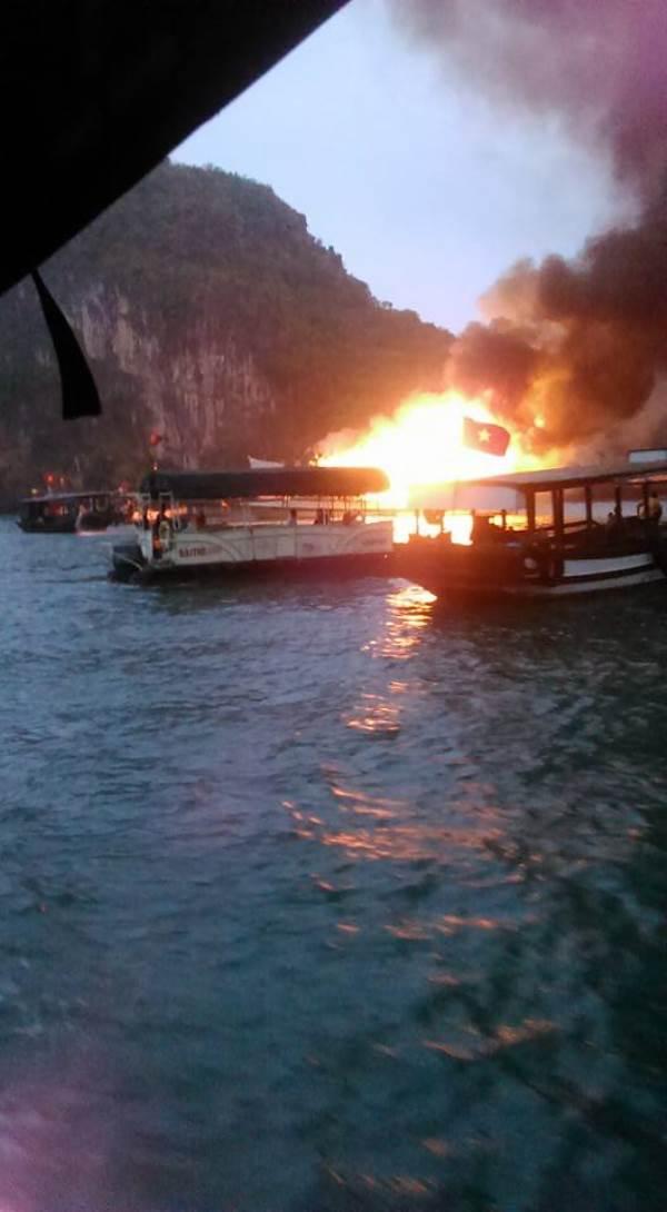 Clip: Tàu du lịch chở 21 người cháy lớn trên vịnh Hạ Long - Ảnh 1