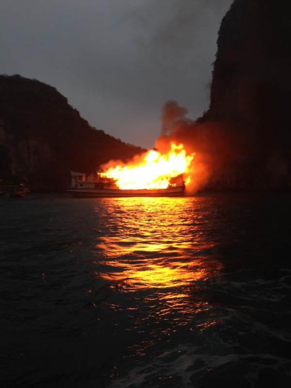 Clip: Tàu du lịch chở 21 người cháy lớn trên vịnh Hạ Long - Ảnh 2