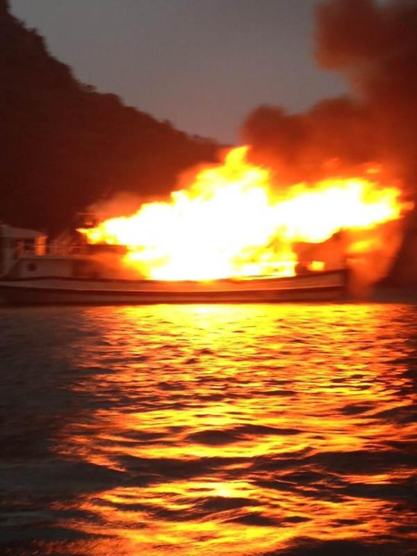 Clip: Tàu du lịch chở 21 người cháy lớn trên vịnh Hạ Long - Ảnh 3