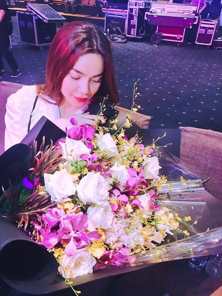 Hồ Ngọc Hà tiếp tục khoe hoa được Kim Lý tặng: 'Cảm ơn anh, luôn ngọt ngào và đúng lúc' - Ảnh 2