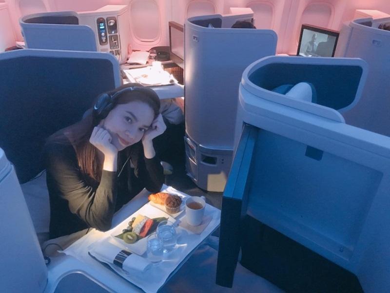 Hà Hồ - Kim Lý ngồi khoang máy bay hạng sang, ăn uống như vua chúa trên đường đi New York: 'Sung sướng không còn gì để nói' - Ảnh 4