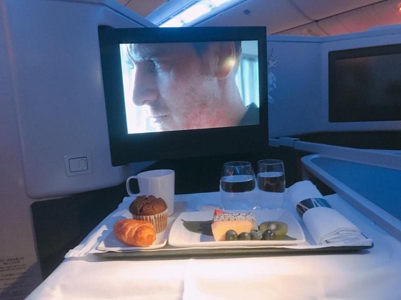 Hà Hồ - Kim Lý ngồi khoang máy bay hạng sang, ăn uống như vua chúa