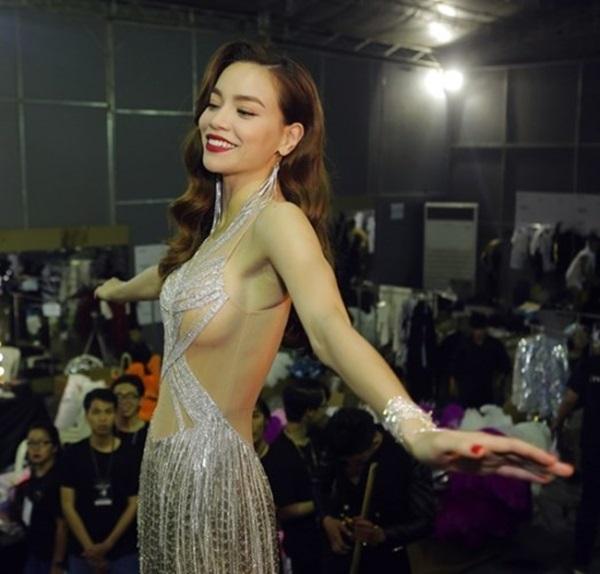 Những bộ đầm xuyên thấu 'phản chủ' của các sao nữ Việt - Ảnh 3