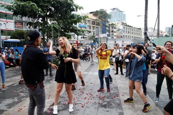 Chàng trai Việt nhảy cầu hôn bạn gái Tây hơn 7 tuổi giữa Sài Gòn - Ảnh 2