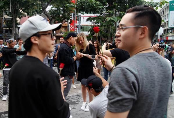 Chàng trai Việt nhảy cầu hôn bạn gái Tây hơn 7 tuổi giữa Sài Gòn - Ảnh 4