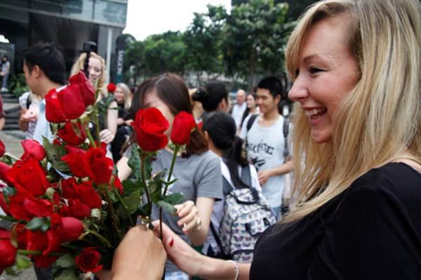 Chàng trai Việt nhảy cầu hôn bạn gái Tây hơn 7 tuổi giữa Sài Gòn - Ảnh 5