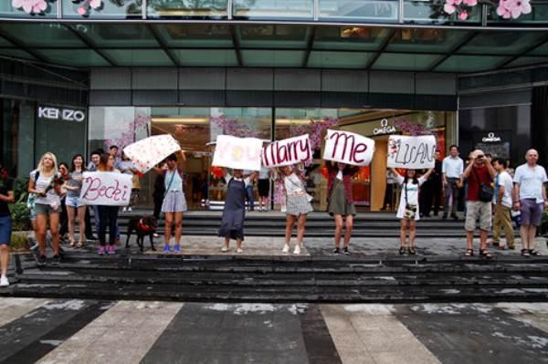 Chàng trai Việt nhảy cầu hôn bạn gái Tây hơn 7 tuổi giữa Sài Gòn - Ảnh 6