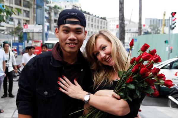 Chàng trai Việt nhảy cầu hôn bạn gái Tây hơn 7 tuổi giữa Sài Gòn - Ảnh 7