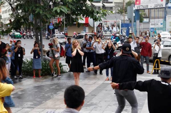 Chàng trai Việt nhảy cầu hôn bạn gái Tây hơn 7 tuổi giữa Sài Gòn - Ảnh 1