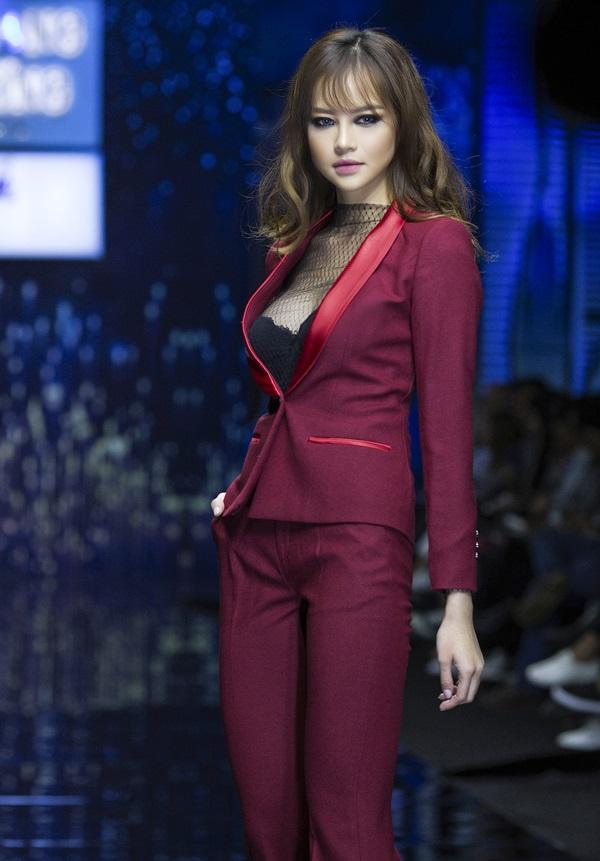 Hoa hậu Kiều Ngân tự tin khoe nhan sắc 'dao kéo' đẹp hút hồn - Ảnh 4