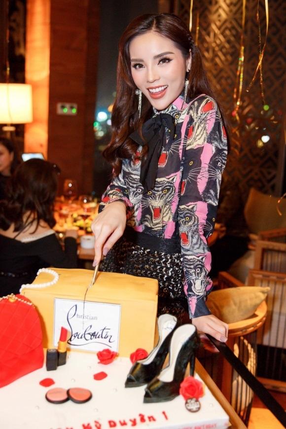 Hoa hậu Kỳ Duyên khiến nhiều người phát sốt với chiếc bánh sinh nhật dát đầy hàng hiệu - Ảnh 8