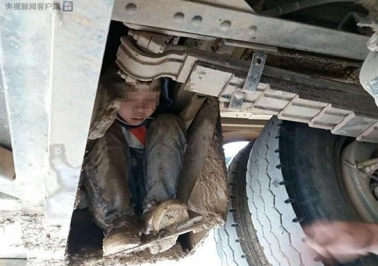 Muốn gặp bố mẹ, hai bé trai bất chấp nguy hiểm trốn dưới gầm xe khách suốt 3 tiếng đồng hồ - Ảnh 1