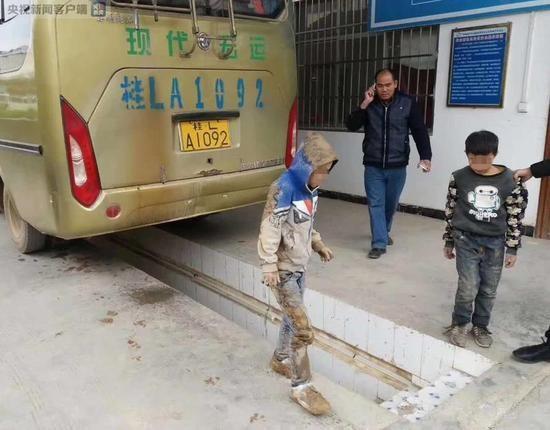 Muốn gặp bố mẹ, hai bé trai bất chấp nguy hiểm trốn dưới gầm xe khách suốt 3 tiếng đồng hồ - Ảnh 4