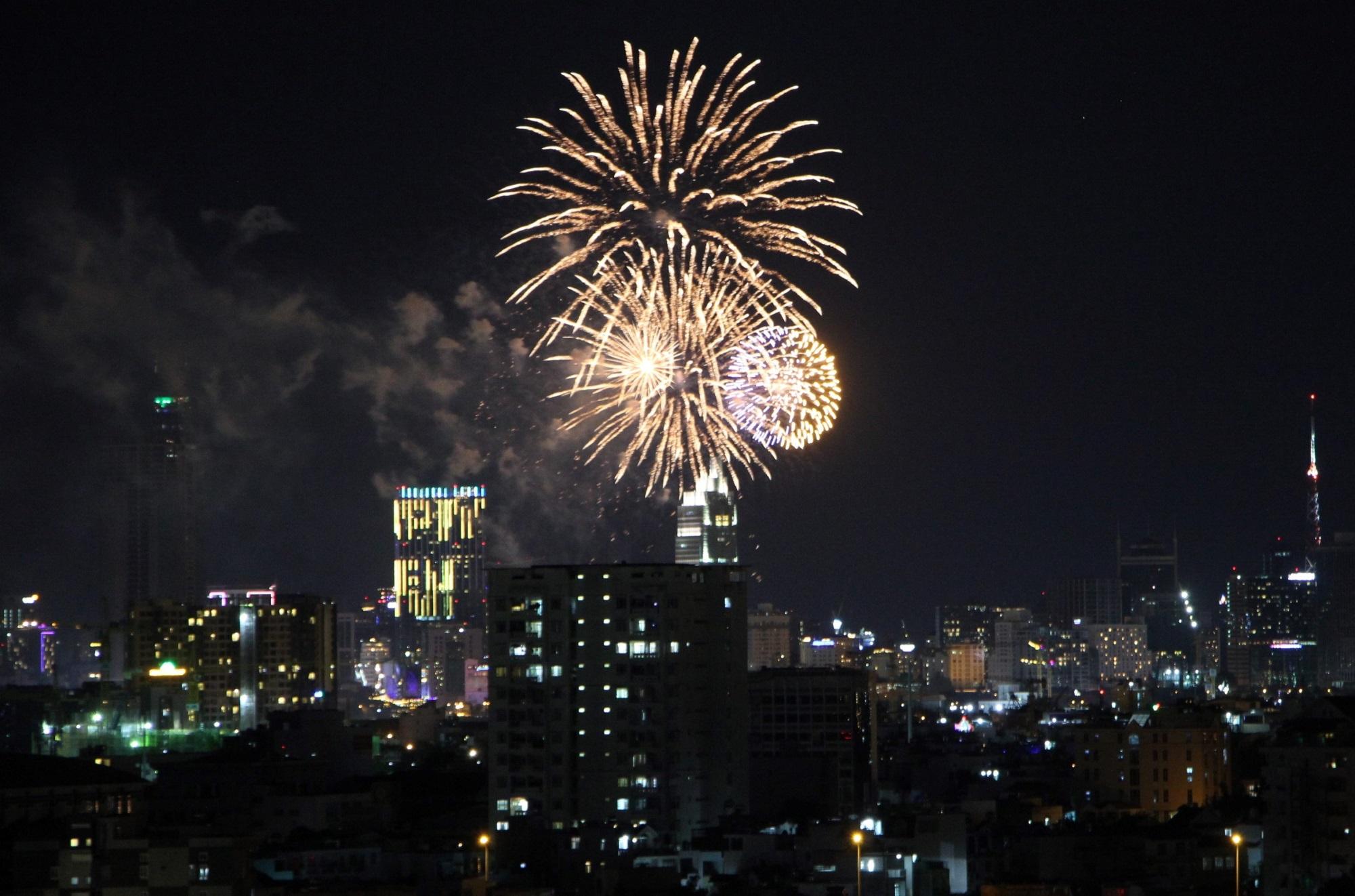 Hàng triệu người dân Sài Gòn xuống phố đón màn pháo hoa rực rỡ mừng năm mới 2019 - Ảnh 11