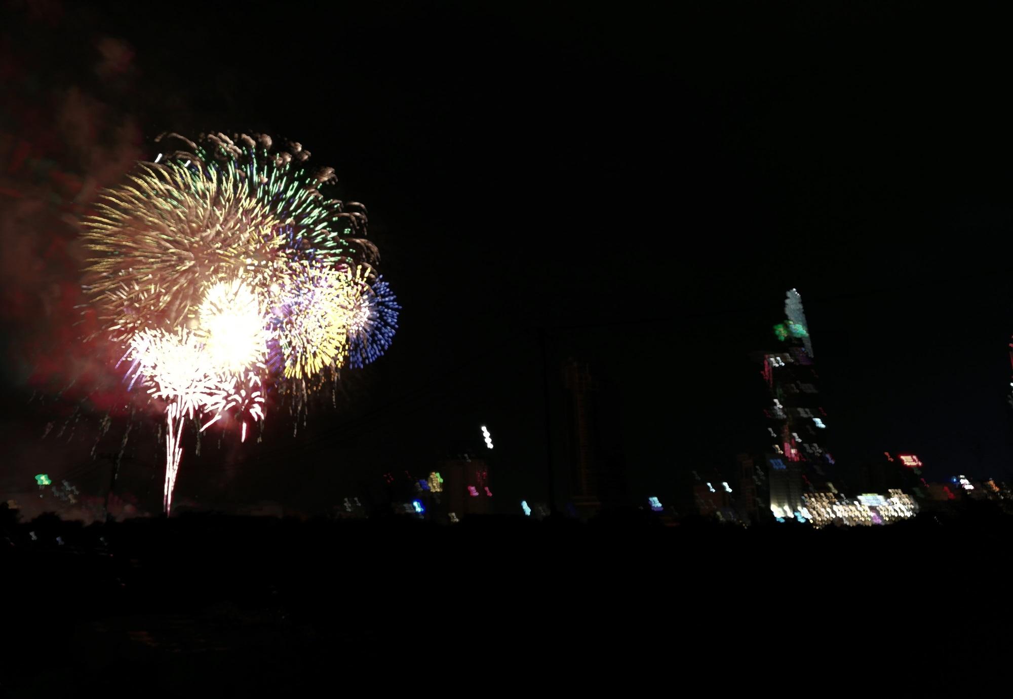 Hàng triệu người dân Sài Gòn xuống phố đón màn pháo hoa rực rỡ mừng năm mới 2019 - Ảnh 2