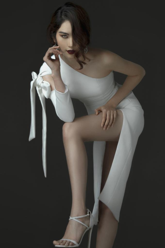 Chị song sinh của Nam Em mặc cắt xẻ tàng ngang, thần thái sắc lạnh 'chẳng ai bằng' - Ảnh 6