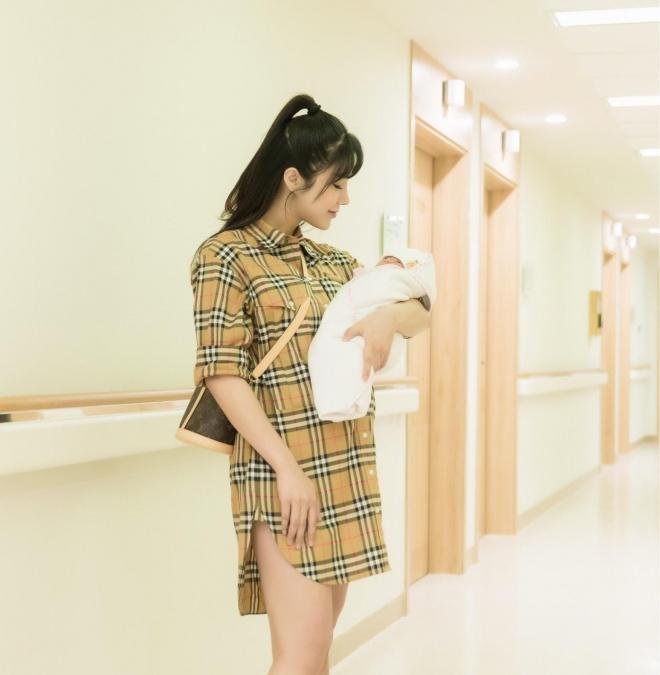 Diệp Lâm Anh khoe ảnh con gái 1 tháng tuổi, fan ngưỡng mộ vóc dáng sau sinh - Ảnh 2