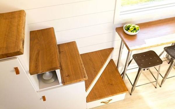 Những bậc cầu thang lên gác lửng được gắn các ngăn kéo và tủ đựng đồ.