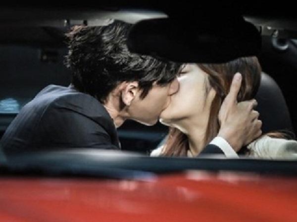 Chồng và bồ hôn say đắm trên ô tô, vợ không đánh ghen mà chỉ gõ cửa xe rồi đưa vật này khiến cả hai rối rít xin tha - Ảnh 1