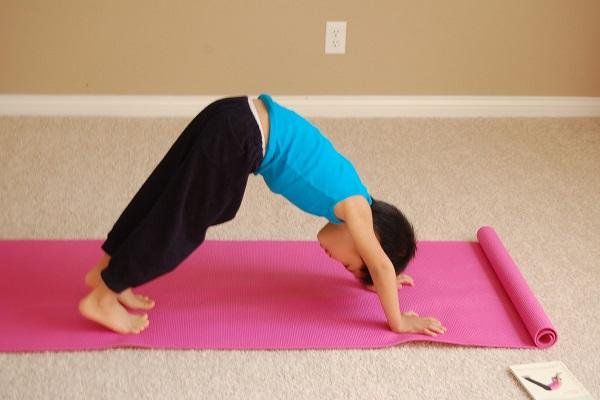 5 động tác yoga tại nhà cho trẻ giúp tăng cường sức khỏe và khả năng tập trung - Ảnh 1