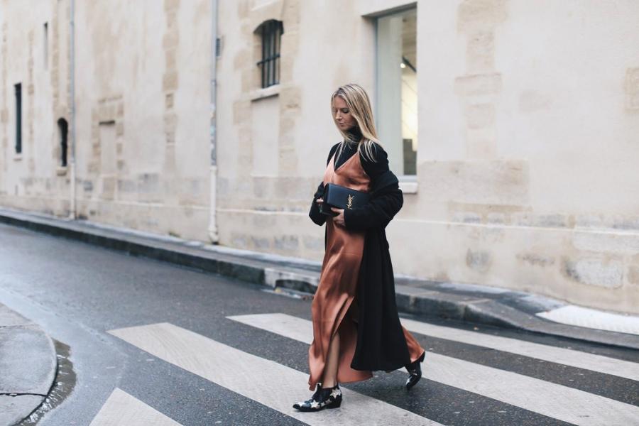 Khi kết hợp áo cổ lọ cùng váy từ chất liệu lụa hoặc satin, bạn có thể chọn khoác thêm áo cardigan bên ngoài khi tiết trời thay đổi.