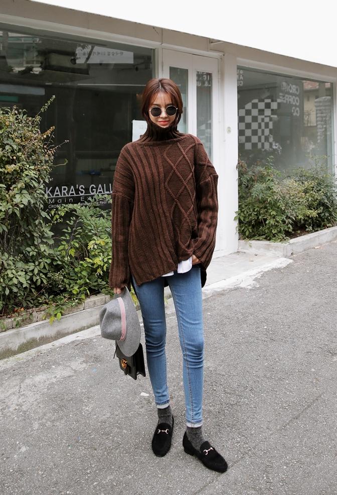 Với những chiếc áo len cổ lọ oversized có chiều dài trùm mông, bạn có thể tha hồ diện cùng legging hay jeans vừa đẹp, vừa cá tính lại chẳng sợ bị