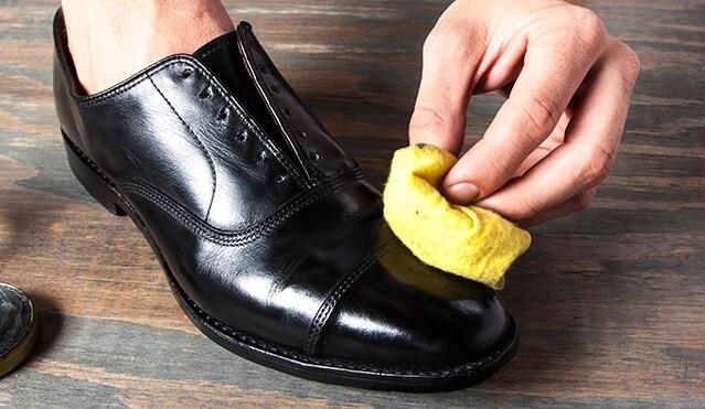 Bài viết này giới thiệu đến bạn một vài cách làm sạch giày da chỉ trong