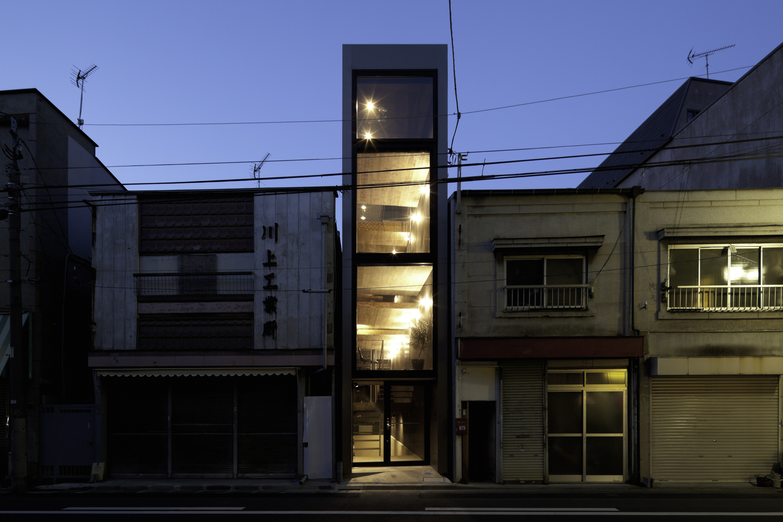 Căn nhà này nằm trong một khu phố yên tĩnh, được thiết kể bởi đội ngũ kiến trúc sư YUUA Architects & Associates. Mặt tiền khiêm tốn của căn nhà so với nhiều nhà xung quanh.