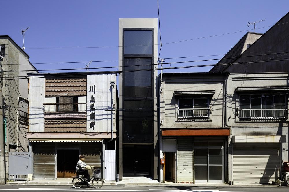 Toàn bộ mặt tiền của ngôi nhà sử dụng kính cường lực để tận dụng tối đa nguồn ánh sáng tự nhiên từ mặt trời.