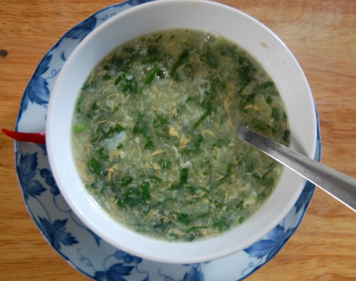 Cách nấu cháo trứng gà tía tô giải cảm cho bà bầu sau Tết đơn giản, nhanh chóng - Ảnh 4