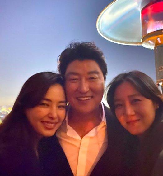 Hoa hậu Hàn bị chỉ trích 'hám fame' khi đăng ảnh chúc mừng đoàn phim 'Ký Sinh Trùng' tại Oscar - Ảnh 2