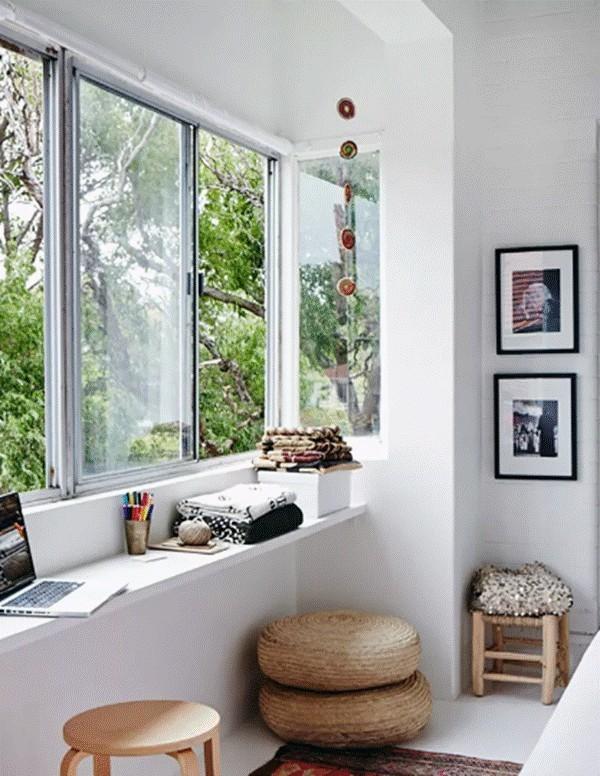 Biến ô cửa sổ thành nơi học tập, làm việc là ý tưởng được nhiều chủ nhà áp dụng. Đặt bàn làm việc, học tập ở cửa sổ giúp bạn có thể tận dụng ánh sáng mặt trời tự nhiên.