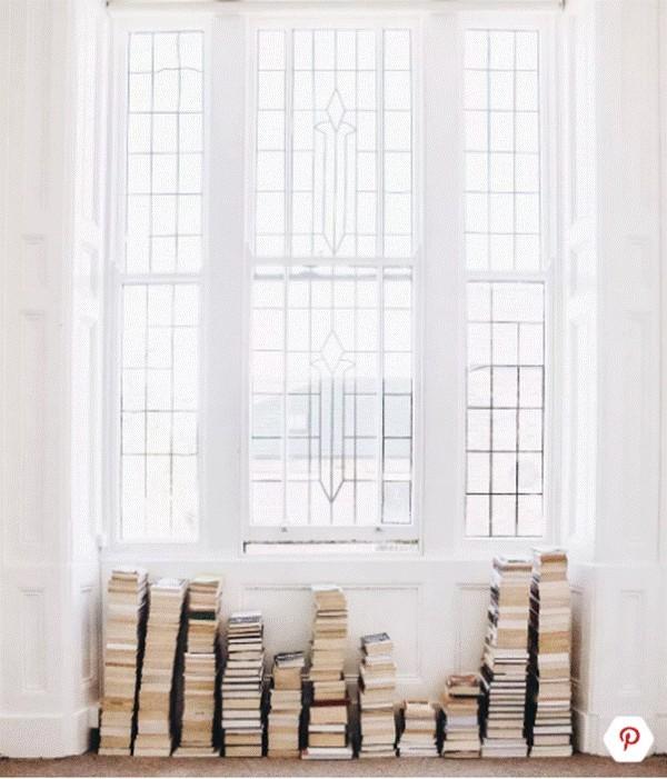 Biến ô cửa sổ thành nơi sắp xếp giá sách là ý tưởng không tồi.
