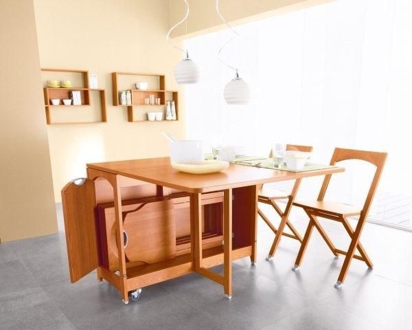 Mẫu bàn ăn này được thiết kế riêng một ngăn phía dưới mặt bàn để xếp ghế. Khi không sử dụng đến những chiếc ghế, bạn có thể cất gọn vào góc bên trong và đóng các cánh cửa lại.