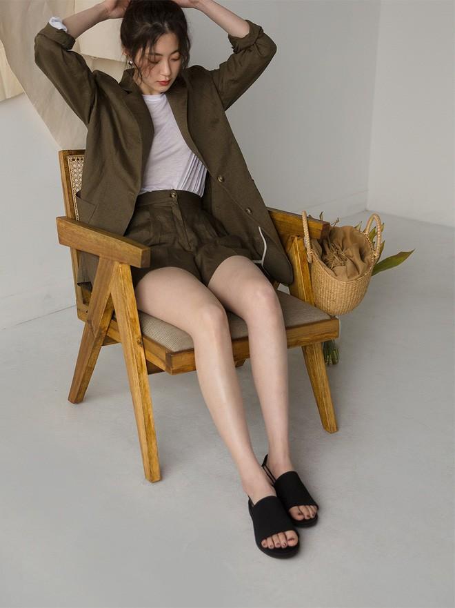 Đây chính là 15 set đồ mặc đẹp bất chấp nắng mưa cho nàng công sở - Ảnh 13
