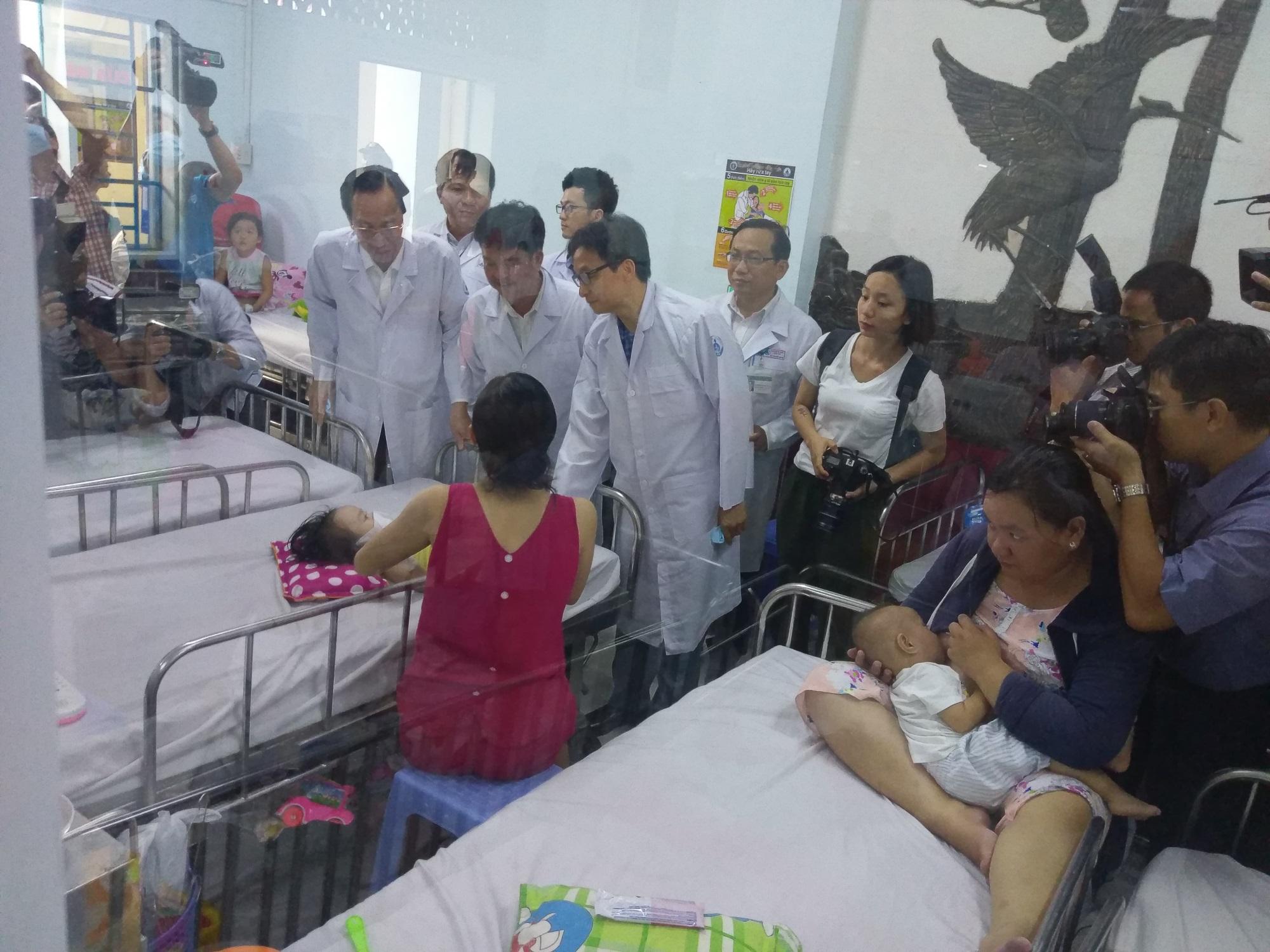 Phó Thủ tướng Vũ Đức Đam thăm và làm việc với 2 bệnh viện tại TPHCM - Ảnh 1